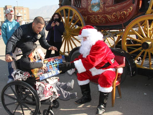 636494663358516716-Photo-2.-Officer-Vazquez-and-Child-at-Toy-Drive-JPG.JPG