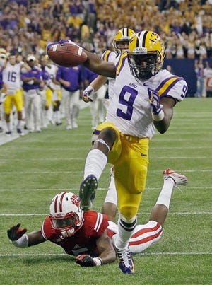 LSU's John Diarse gets past Wisconsin cornerback Darius Hillary for a 35-yard touchdown reception during the second half.