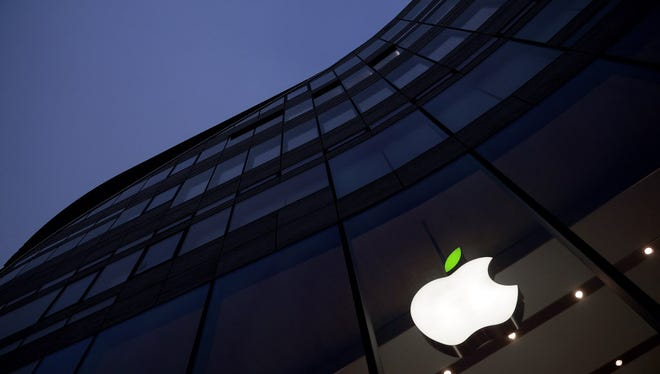 DUESSELDORF, GERMANY - APRIL 22:  A green leaf adorns the Apple logo on Earth Day at the company's Koe-Bogen store on April 22, 2015 in Duesseldorf, Germany.  (Photo by Sascha Steinbach/Getty Images for Apple) ORG XMIT: 549888427 ORIG FILE ID: 470626118
