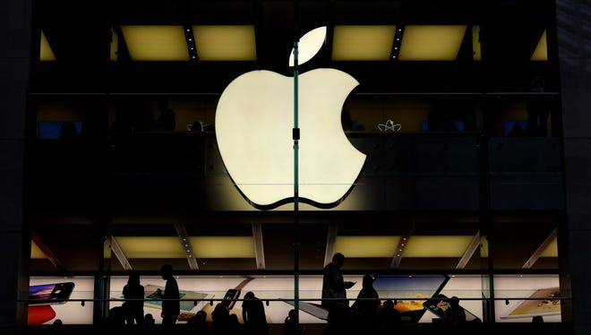 Customers are silhouetted inside of an Apple store in Sydney, Australia, 22 July 2015. Apple reported a 33 per cent increase in earnings for the recent fiscal quarter, but investors were still worried when iPhone sales missed analyst estimates. Quarterly net income of 10.7 billion dollars (9.8 billion euro) topped the 7.7 billion dollars netted in the same quarter last year by a third, driven by 'record sales' of iPhones and Mac computers, the company said in an earnings release.