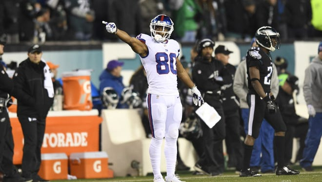 New York Giants wide receiver Victor Cruz's catch is good for a first down. The New York Giants face the Philadelphia Eagles in Week 16 at Lincoln Financial Field in Philadelphia, PA on Thursday, December 22, 2016.