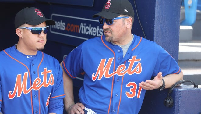 Mike Piazza (R) speaks with Wilmer Flores (L) on Friday.