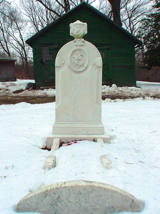 636236251010124010-Iron-Casket-Grave-Mark-Moran.jpg
