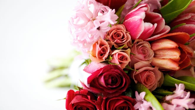Here's a list of common flowers and their symbolic meanings that can guide you in selecting the right flower bouquet or single-stem flowers to express your emotions.