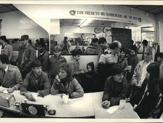 1987 Press Photo Crowd at George Webb restaurant waiting for their free burgers
