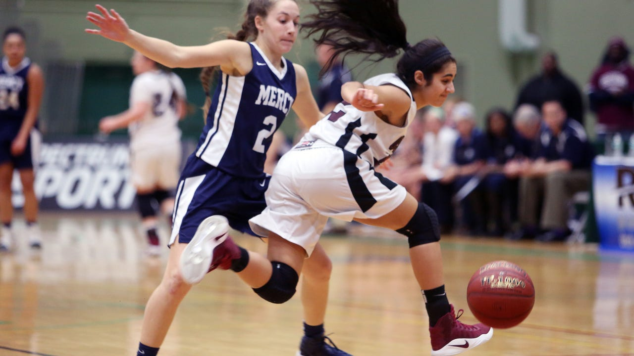 The Monarchs led early in the fourth quarter but lost to Ossining 76-70 in the Class AA state semifinals. (March 17, 2017)