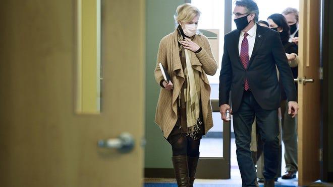 La Dra. Deborah Birx, coordinadora de respuesta al coronavirus de la Casa Blanca, camina con el gobernador Doug Burgum después de sostener una mesa redonda con líderes médicos y gubernamentales estatales y locales en el campus de Bismarck State College el lunes.