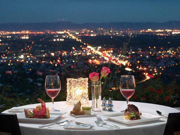 El ambiente elegante, vistas impresionantes y una excelente carta de vinos  son parte de la fórmula ostentosa. Así es la cocina de lujo, como un filete a la plancha con risotto con coliflor en infusión de jerez; langosta escalfada en Brandy; entre otros. Different  Pointe of View Pointe Hilton Tapatio Cliffs Resort, 11111 N. Seventh St., Phoenix. 602-866-6350, differentpointofview.com