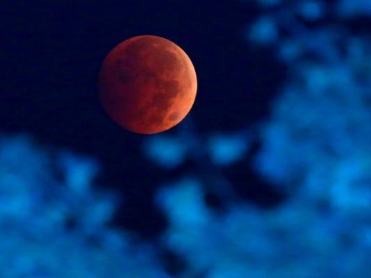 635483604480120274-Lunar-Eclipse-Hill