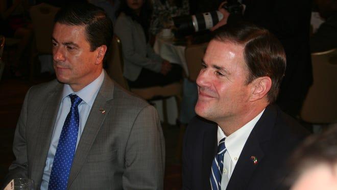 Ambos representantes compartieron la mesa en un salón del Hotel Camby, al norte de Phoenix.