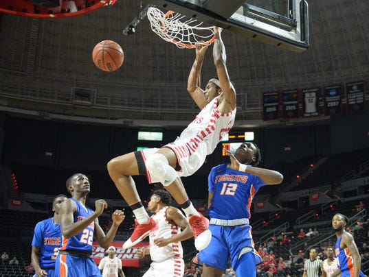 636469633216153320-Cajuns.Savannah.basketball.11.17-1385.jpg
