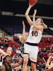 Marquettes' Lisa Oldenburg (40) goes up for a basket