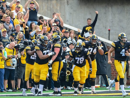 Iowa Hawkeyes running back Akrum Wadley (25) and offensive