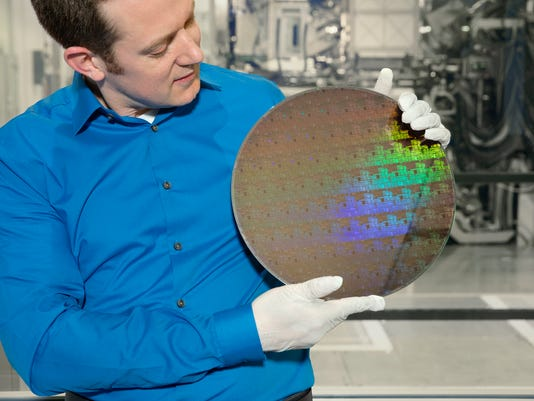 636323631273862491-Wafer-of-chips-with-5nm-silicon-nanosheet-transistors-1-.jpg