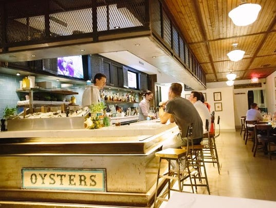 Izzy 39 s fish oyster to take over the connection in fort myers for Izzys fish and oyster