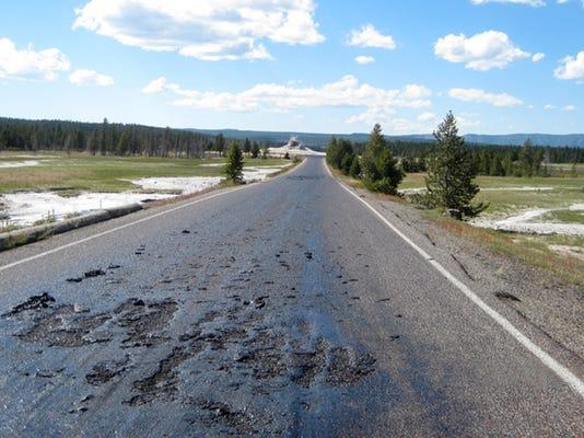 -yellowstone hot road_drak.jpg_20140710.jpg