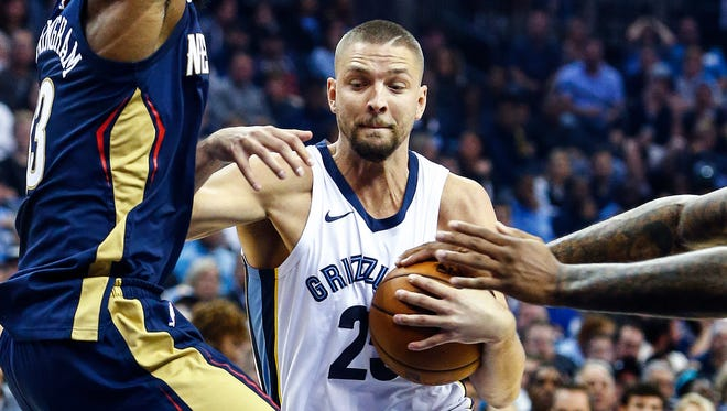 Memphis Grizzlies forward Chandler Parson (middle) drives the lane against the New Orleans Pelicans defense during first quarter action at the FedExForum in Memphis, Tenn., Wednesday, October 18, 2017.
