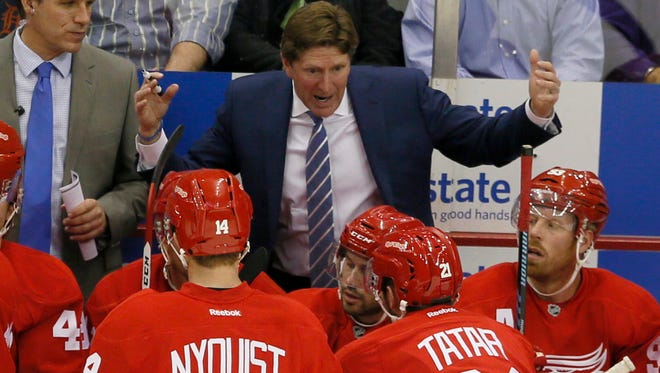 Red Wings coach Mike Babcock talks to his team.