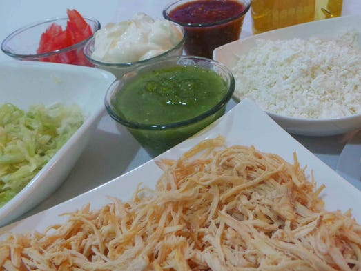 INGREDIENTES: 24 tortillas de maíz calientes, 4 tazas