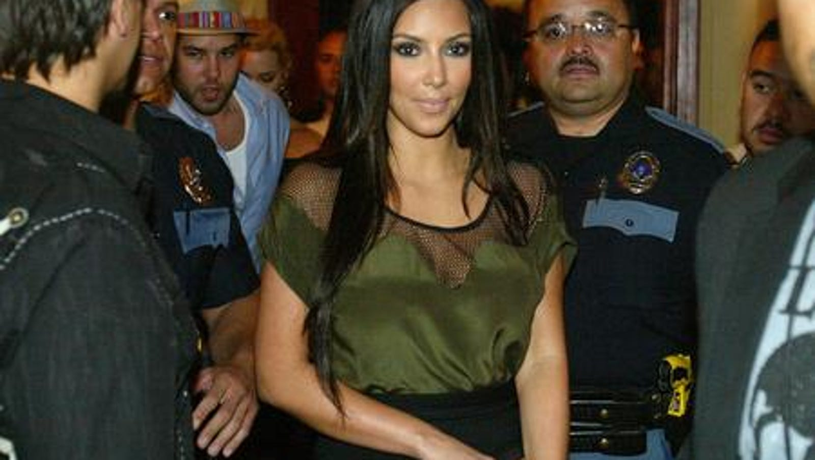 reality tv star kim kardashian draws massive crowd