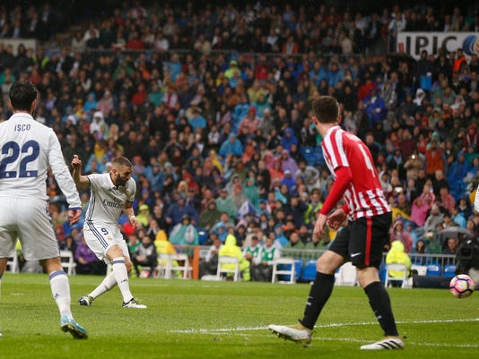 Real Madrid's Karim Benzema, second left, scores a goal during a Spain's La Liga soccer match between Real Madrid and Athletic Bilbao's at the Santiago Bernabeu stadium in Madrid, Spain, Sunday, Oct. 23, 2016. (AP Photo/Daniel Ochoa de Olza)