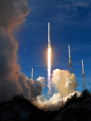 A SpaceX missile takes off from Pad 40 at Cape Canaveral