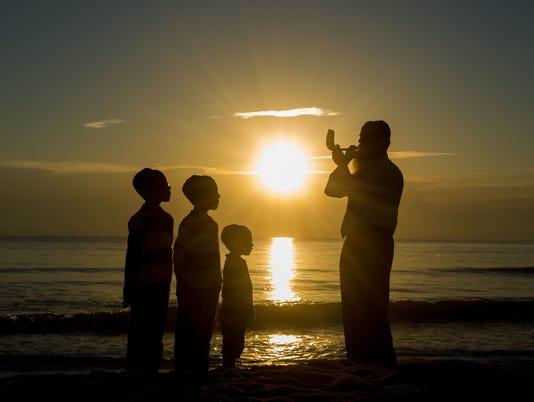 -Rabbi-Konikov sounds the ram's horn during sunrise-IMG-7869