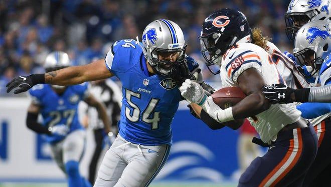 Detroit Lions linebacker DeAndre Levy (54) looks to tackle Chicago Bears running back Jordan Howard on Dec. 11, 2016.