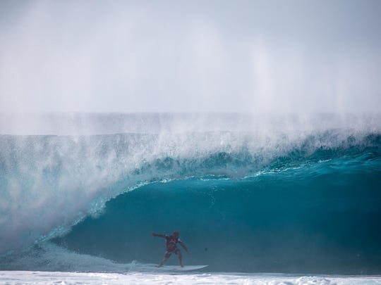 Kelly Slater charges to his first victory in two years at Pipeline.