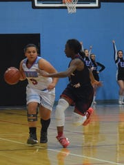 Kiara Campbell looks to move around her opponent.