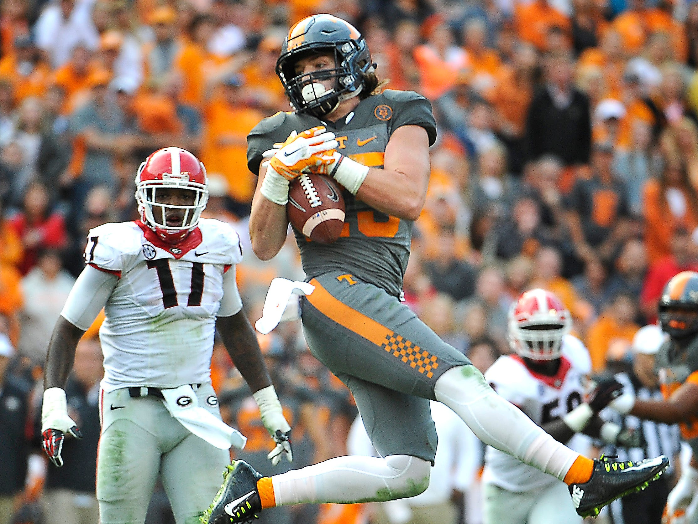 Tennessee wide receiver Josh Smith (25) makes a catch and turns it into a touchdown against Georgia on Oct. 10, 2015.
