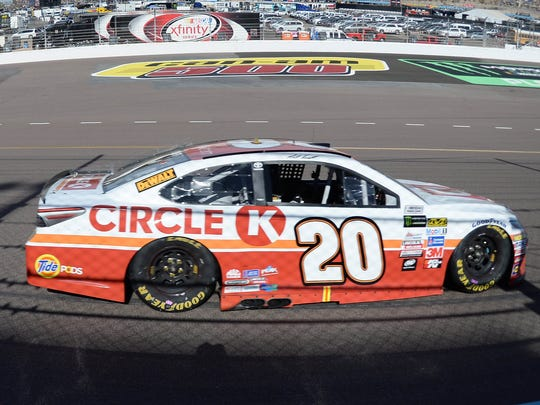 Matt Kenseth drove to his first win of the season Sunday at Phoenix Raceway.