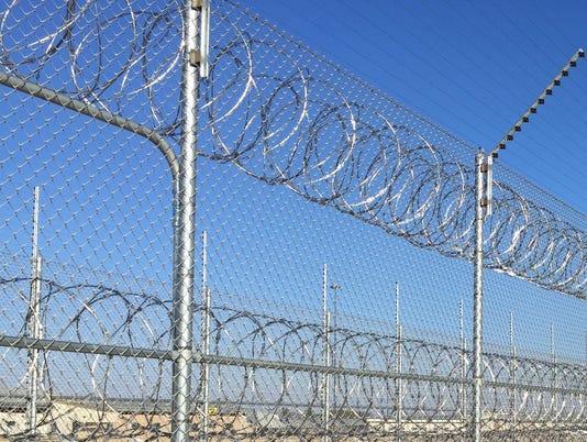 636091148068807885-Prison-Iowa-fence.JPG