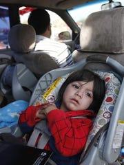Jaden Rosales, de un año de edad, de Phoenix, espera