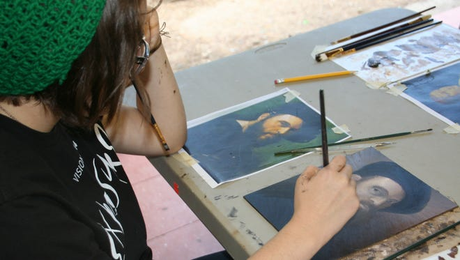 Ciara Bernal learns about the art of underpainting from artist Rachel Bess during the Visions retreat in Prescott.
