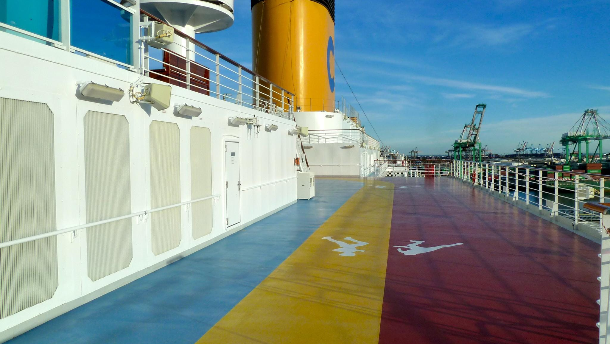 Terraces on Fuxia Deck continue on either side of the Magrodome-covered, mid-ships Lido Azzurro Blu pool area. The midships portion of this level has a dual roller skating (red) and jogging (yellow) track that surrounds the Girasole Deck platform.