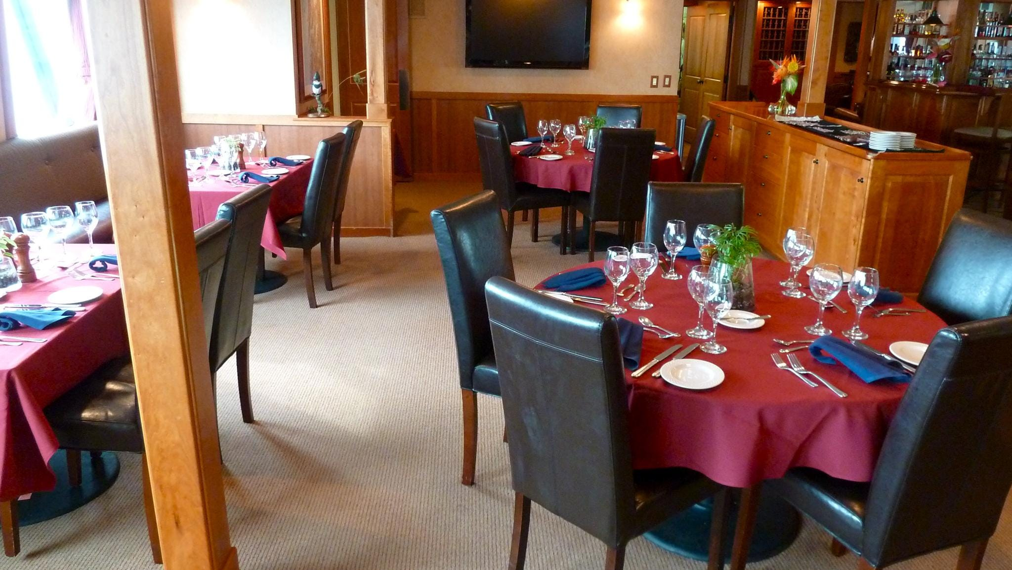 Directly across from the Lounge, the Dining Room has several booths and tables. Meal times are fixed according to the itinerary but guests may sit where and with whom they choose.