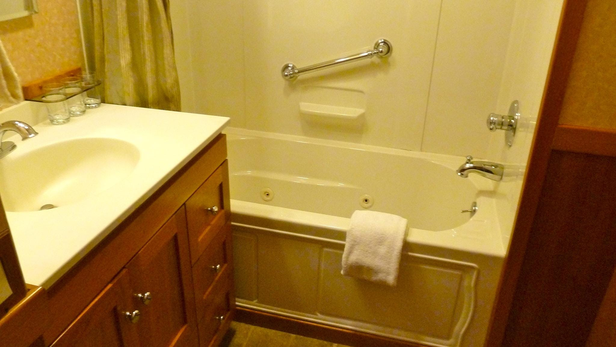 Admiral Stateroom bathrooms also have Jacuzzi tubs.