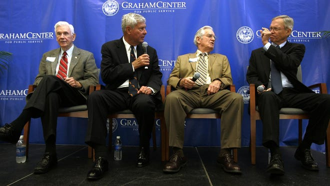 Former Florida governors, from left, Rueben Askew, Bob Graham, Wayne Mixson and Buddy MacKay joke before starting a town hall meeting in the Ocora room of the new Pugh Hall on the University of Florida campus in March 2008. Mixson died Wednesday, his family said.