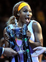 2013-10-27 serena williams with her trophy