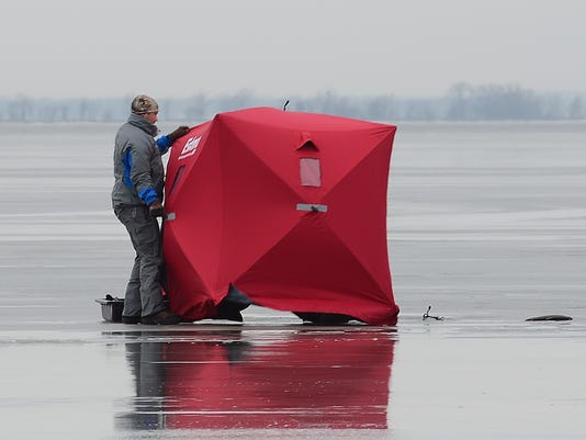 635612622536966460-ice-fishing-1