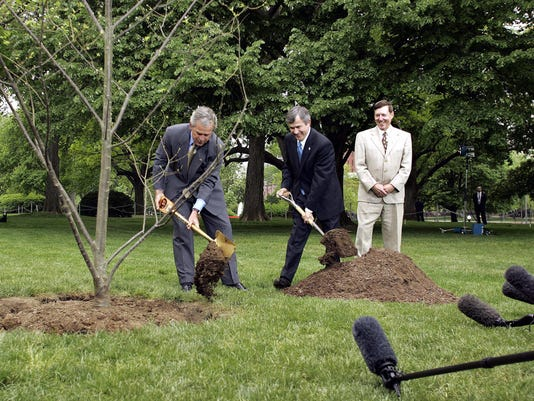 US President George W. Bush (L) and Agri