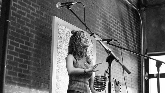 Nina Donovan performing.