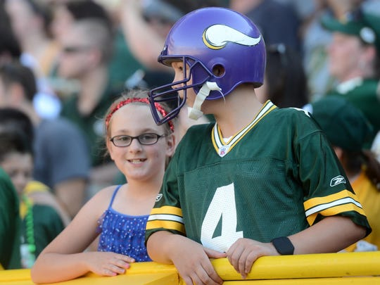 A fan represents two of the four teams Brett Favre played for at Lambeau Field.