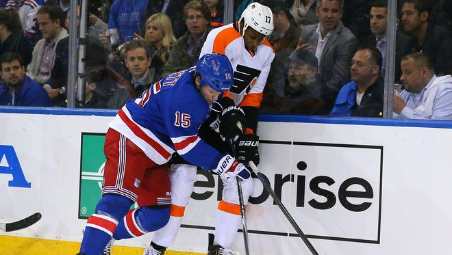 Rangers fourth-liner Derek Dorsett and Philadelphia Flyers right wing Wayne Simmonds battle for the puck during the second period of Thursday night's game at Madison Square Garden.