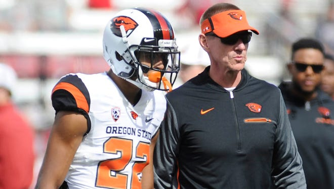 Oregon State Beavers head coach Gary Andersen talks with Oregon State Beavers wide receiver Seth Collins (22) before a game against the Washington State Cougars at Martin Stadium.
