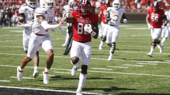 Texas Tech inside receiver KeSean Carter, center, underwent season-ending surgery Wednesday on a broken collarbone, Tech coach Matt Wells said. Carter caught 30 passes for 290 yards and four touchdowns this season, including two TDs against Texas.