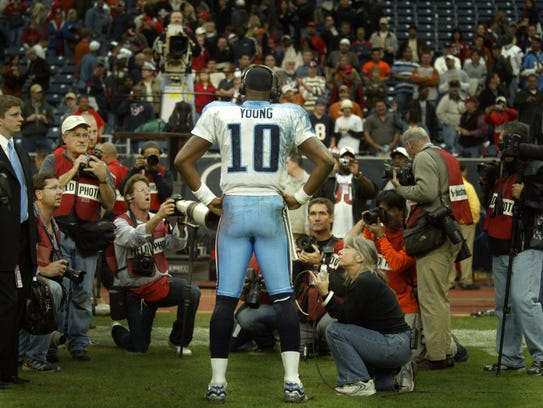 Titans rookie quarterback Vince Young (10) talks with