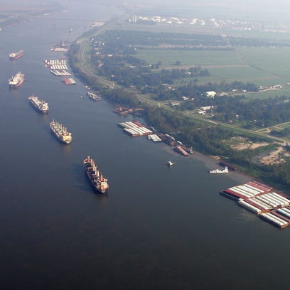 Coast Guard responds to oil spill in Mississippi River