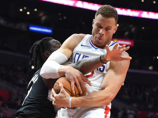 Los Angeles Clippers forward Blake Griffin (32) battles be24e706c